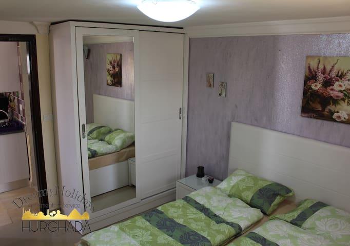 gemütiches Schlafzimmer mit Doppelbett 160 x 200 cm