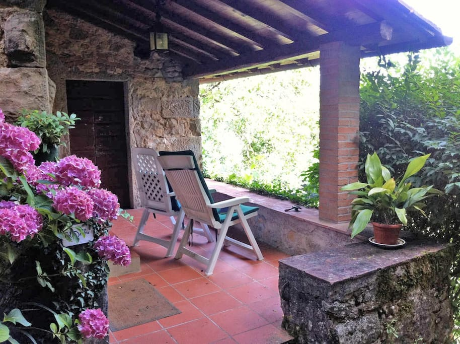 la comoda veranda dove riposarsi osservando il paesaggio verde dei boschi circostanti