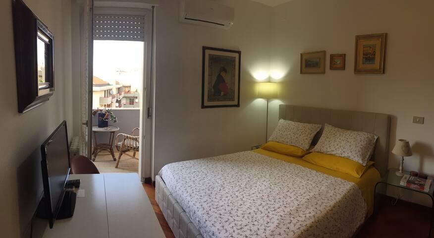 Camera da letto e balcone con vista panorama della città