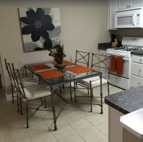 2 bedroom 1 bath condo 1 block to Shands Hosp (2)
