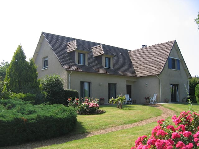 Family Suite La Villa de Sandrine - Parigné-l'Évêque - Bed & Breakfast
