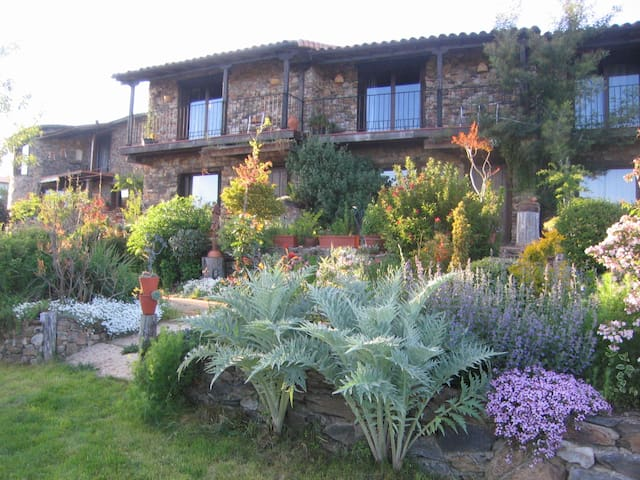 Casa Rural Jardines del Robledo    - San Miguel del Robledo - Huis