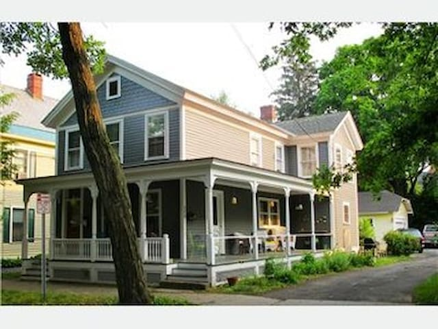 Perfect location! 2BR-walk to town - Saratoga Springs - Leilighet