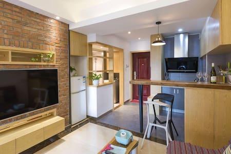 干净舒适的小两房居室,轻松惬意温馨的格调,适合都市白领短期出差或旅行。 - Changsha Shi - Leilighet