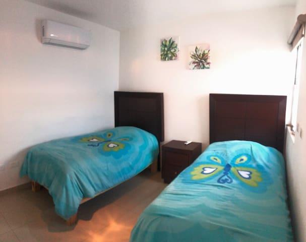 2 camas individuales en recámara planta baja con a/c