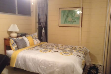 Master bedroom w/private bathroom - Honolulu