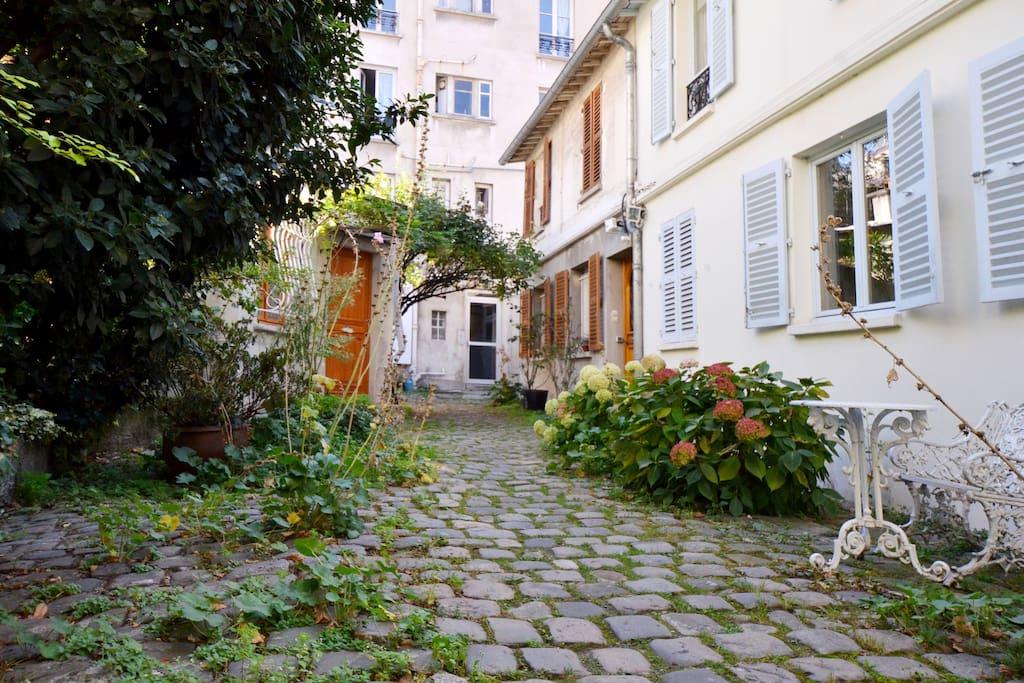 charming 2 rooms montparnasse flats for rent in paris le de france france. Black Bedroom Furniture Sets. Home Design Ideas