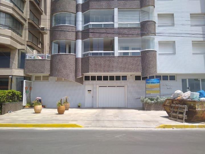 Apartamento em prédio de frente ao mar