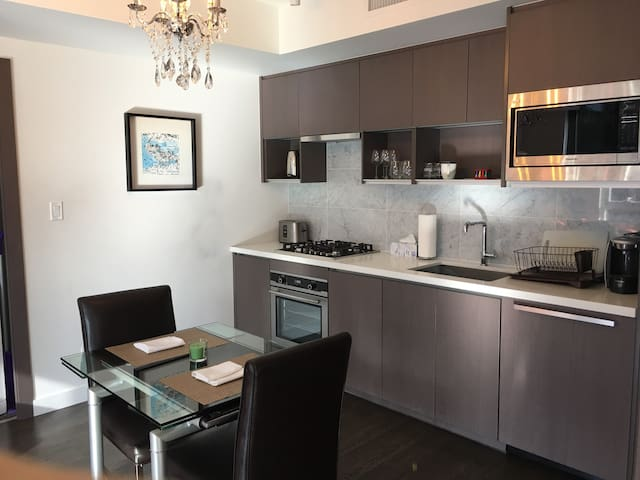 Heart of downtown New Modern APT + Free parking!