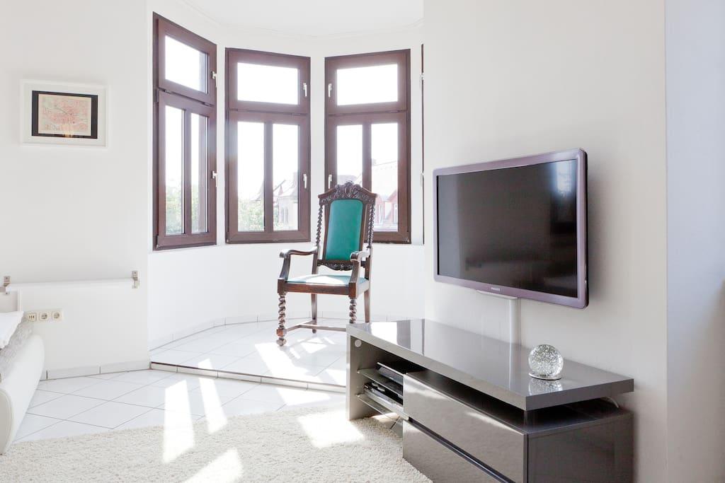 satellite flatscreen TV, Appel TV, DVD