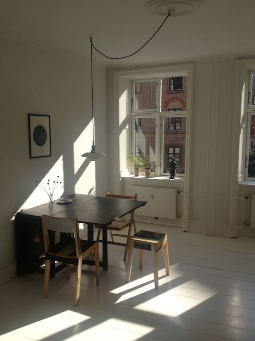 Dining room. Classic PH-lamp lamp and Piet van Eik chairs