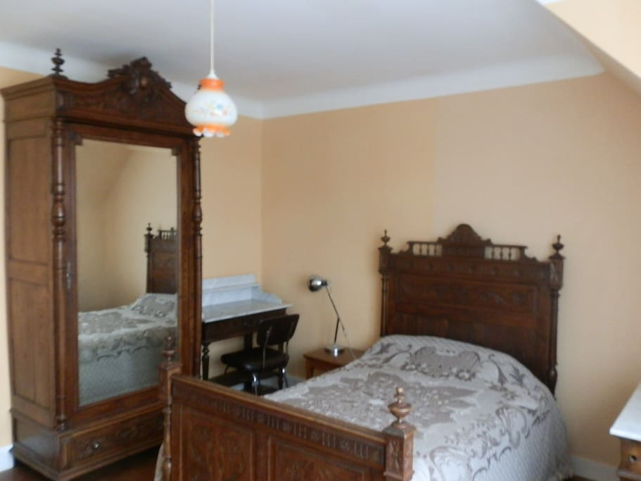chambre meubl e chez l 39 habitant bed and breakfasts for rent in quimper brittany france. Black Bedroom Furniture Sets. Home Design Ideas