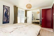 1ère chambre à coucher qui donne sur la petite ruelle privée