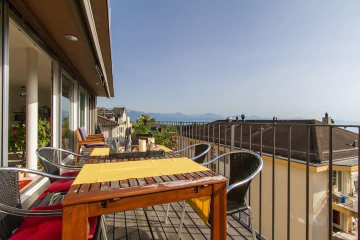 Balcon terrasse avec coin repas et barbecue