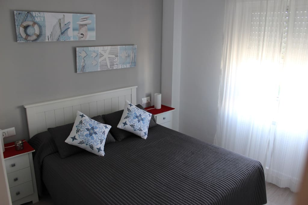 Dormitorio principal matrimonio con cama de 1,50 y colchón viscoelastica. Luz natural, ventana vistas a la piscina.