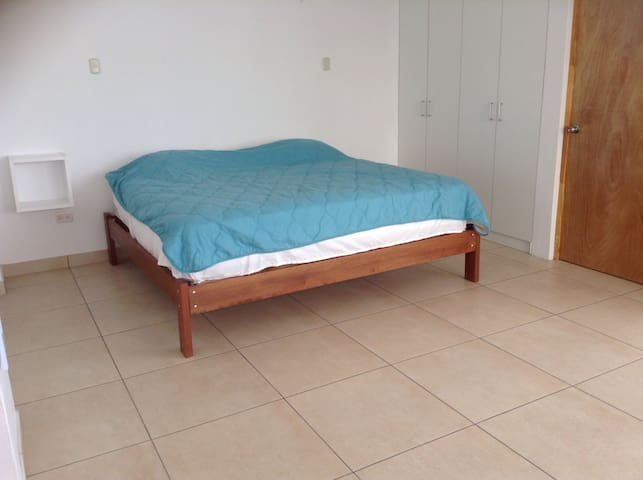 Large bedroom, king size bed w private bathroom - Paracas - House