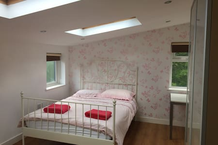 Didsbury Manchester 2 double bed appt & parking - Manchester