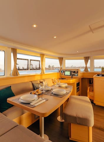 Book a stay on board of our catamaran (guestcabin)