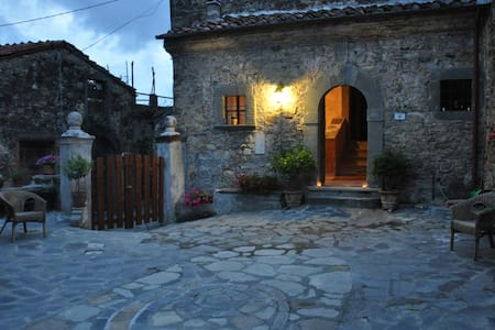 Charming building '400 dated in an hamlet immersed in the nature with outstanding views on Alpi Apuane. Time here seems stand still..with horses, cows and donkeys tha walk wild on the path of the village. Close natural waterfall,natural park,5terre.