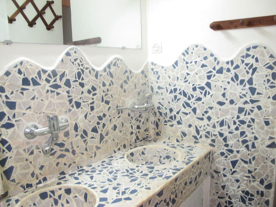 Salle de bain avec douche et cabines WC