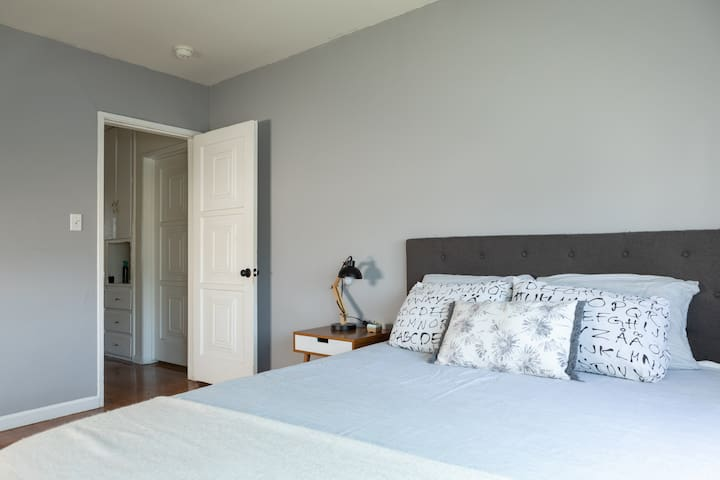 Private bedroom in Comfy Hilltop Home w/ View DTLA