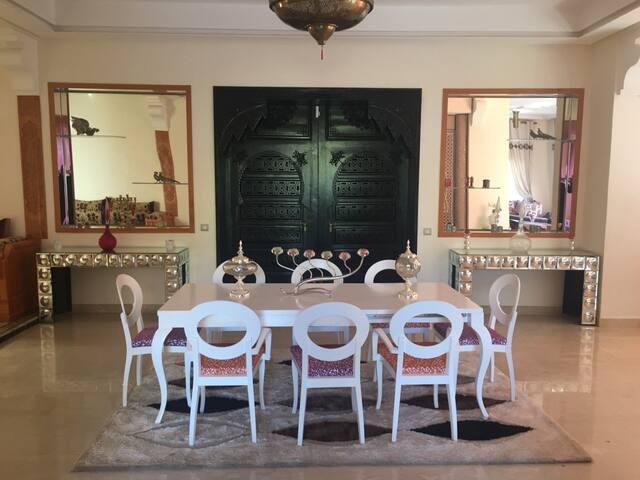 Belle villa de 400 M2 avec piscine et services - Marrakesh - Villa
