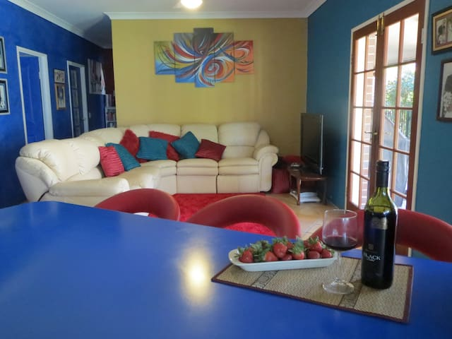 Artist Designed Gold Coast Home - Worongary - Hus