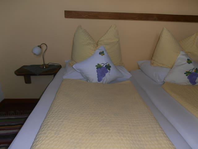 gemütliches Doppelbett, aus unlackiertem  atmendem Holz