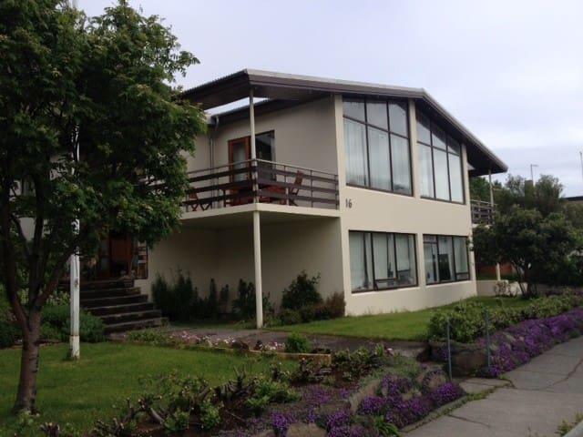 Family-friendly, comfortable private room. - Ísafjörður - Aamiaismajoitus
