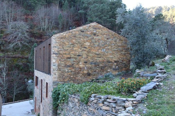 Casa do Céu Slate Stone Holiday Home in Loural