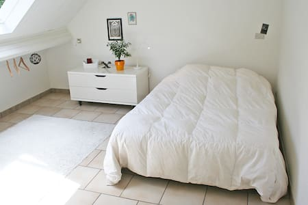 White bright room, garden and view - Sèvres - Bed & Breakfast