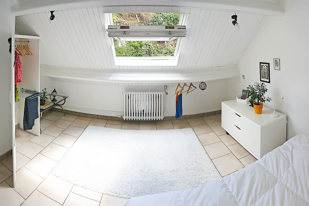 Chambre à coucher, vue sur jardin et rangements