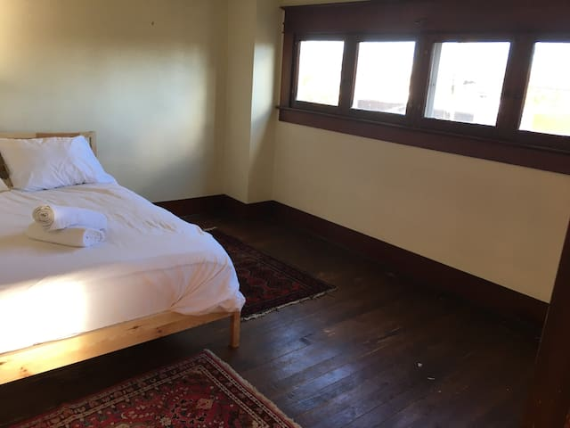 Private room/Historic home/ Blocks to OSU and Pubs - Corvallis