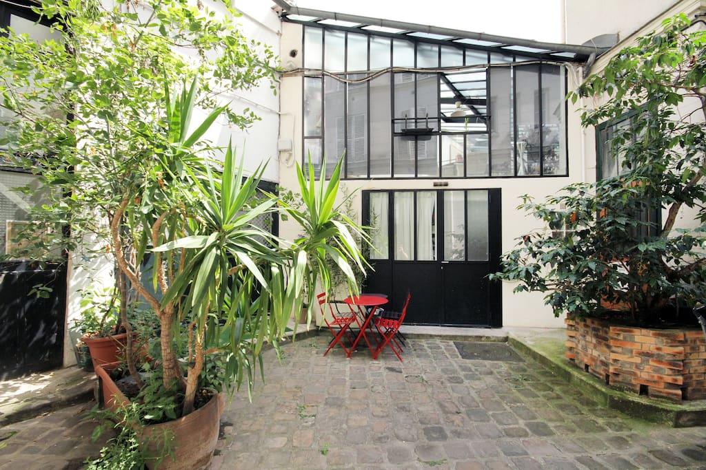 Maison atelier d 39 artiste montmartre maisons louer paris le de fra - Location atelier artiste paris ...
