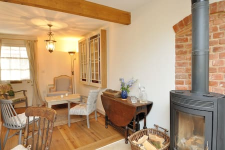Cosy Hideaway Cottage with Log Stove, Beccles - Beccles