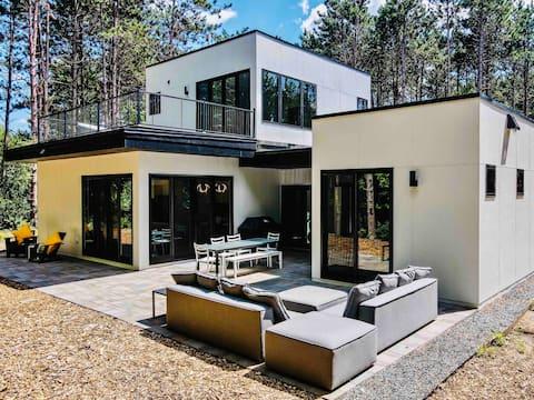 Lake House Retreat: Modern, Stylish, Arty, Fun