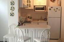 cocina toda equipada, horno de microondas, cafetera, tostadora y barra con 3 bancos