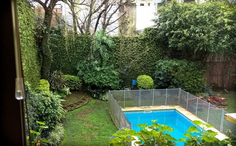 Cálida habitación doble en casa con piscina