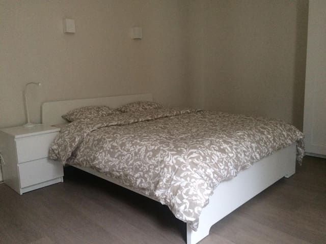 Spacious double bedroom in the heart of Oostende