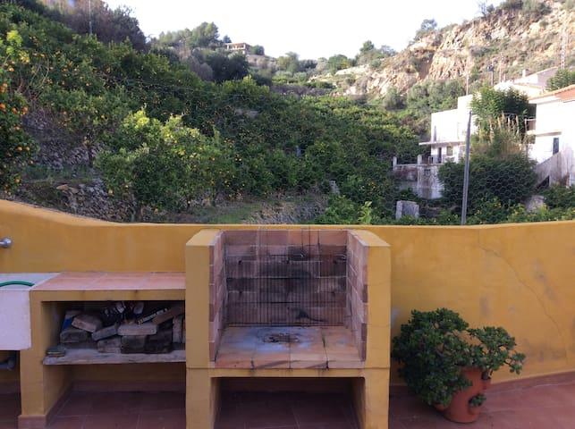 Amplia terraza con BBQ y bonitas vistas