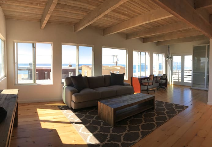 2+2 Mid-Century Modern +++Stunning Panoramic Views