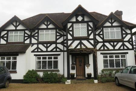 20 mins from Gatwick private suite with breakfast - Coulsdon - Rumah