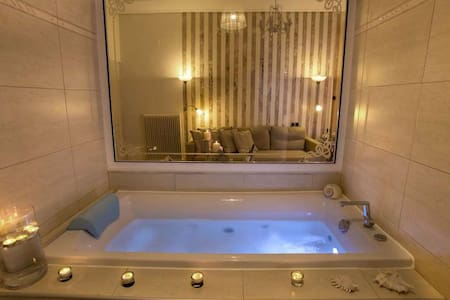 Luxury Suite with Jacuzzi and Sea View - Larisa