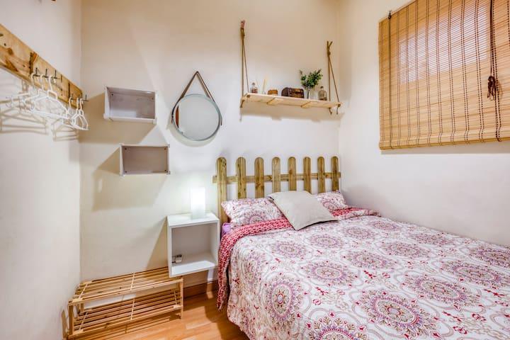 Cozy room near Sagrada Familia and city center!