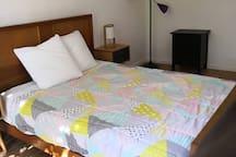 Chambre parentale avec lit en 140 cm