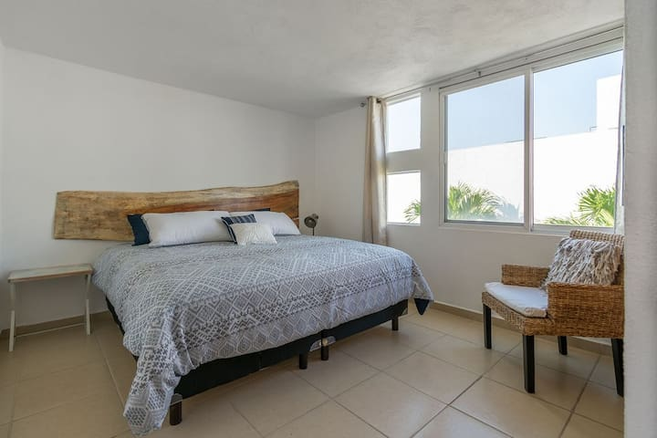 Recámara 3. Amplia habitación con cama King Size con vista a la alberca y cuenta con cortinas black out para su mejor descanso. Habitación cuenta con ventilador de pedestal.