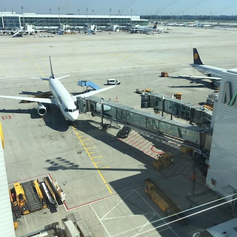 Many trips start or end at airports / Viele Reisen beginnen oder enden auf Flughäfen