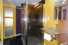 La salle d'eau avec grande douche italienne