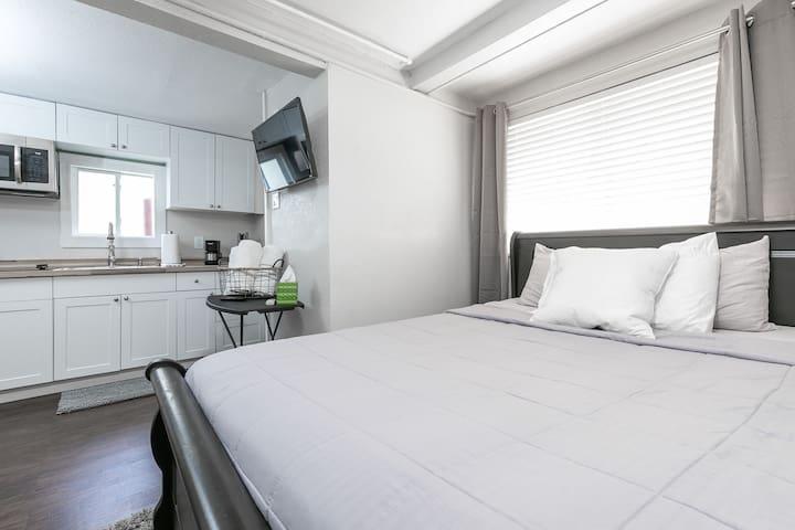 Bright & Elegant, Studio Apartment!