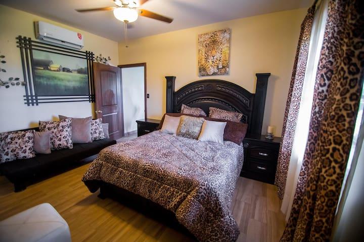 recamara con cama queen y sofa cama